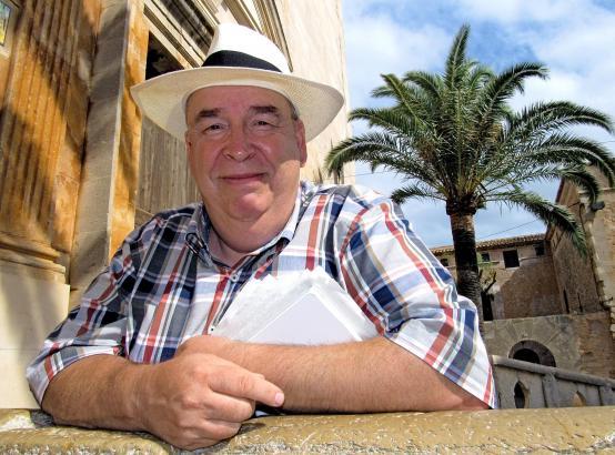 Andreas Schnabel an der Kirche von Santanyí im Südosten von Mallorca. Der Autor ist gerade mal wieder für ein paar Urlaubstage a
