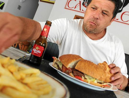 Auch Stammgast Juan Antonio kämpft mit dem Riesenburger und den Pommes Frites in Cala Rajada im Nordosten von Mallorca. Sophie M