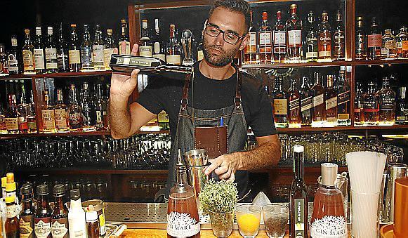 """Der Schöpfer des Cocktails """"Baix l'Olivera"""" ist Matías Iriarte, Barkeeper bei Ginbo-La Destilería."""