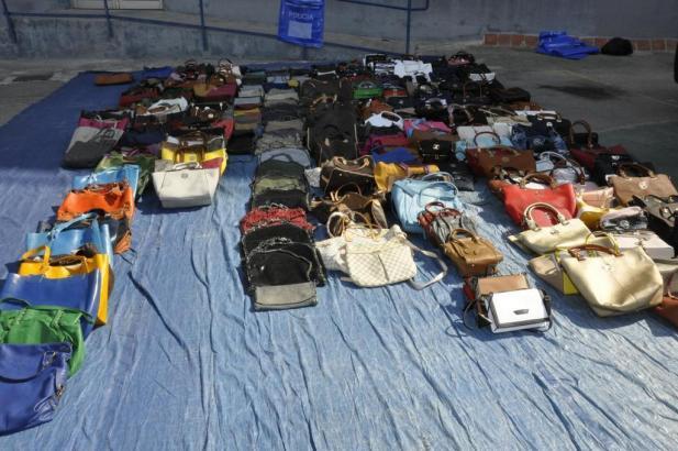 Meist verkaufen die Straßenhändler an den Sehenswürdigkeiten rund um Palma de Mallorca gefälschte Markentaschen.