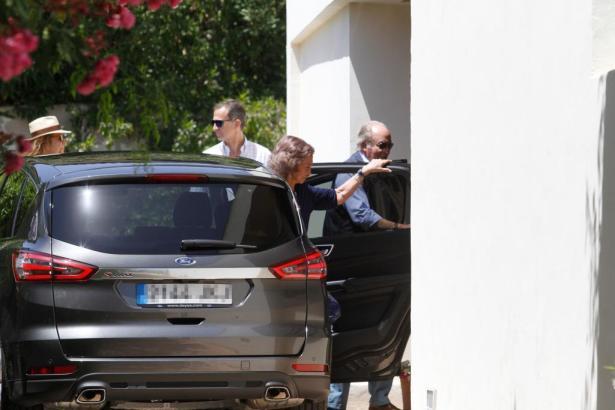 König Felipe und seine Schwester Elena (links) nehmen das Auto in Empfang, aus dem ihre Eltern, Altkönigspaar Juan Carlos und So