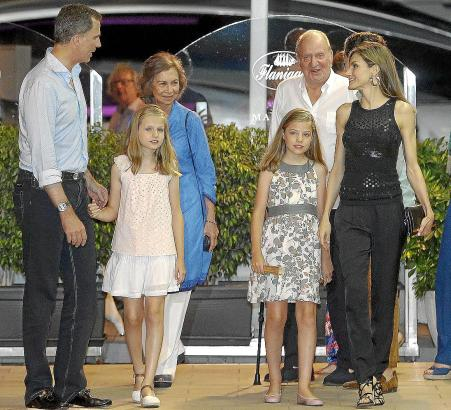 Nach einem gemeinsamen Restaurantbesuch in Puerto Portals: Felipe und Letizia mit den Töchtern, an der Seite der Altkönige Juan