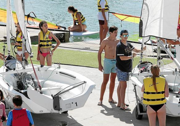 Die Enkel von Altkönig Juan Carlos belegen einen Segelkurs in Hafen Calanova