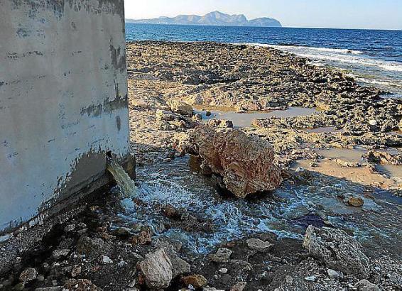 Sowohl am Dienstagmorgen als auch am Nachmittag flossen Abwasser am Küstenabschnitt Son Bauló im Norden von Mallorca ins Meer.
