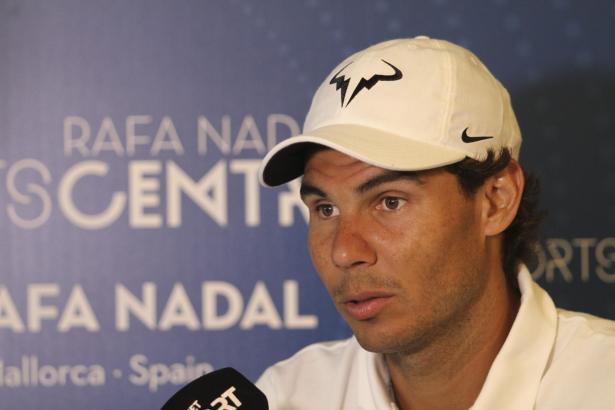 Tennisstar Rafael Nadal trägt in Rio die Fahne des spanischen Olympiateams.