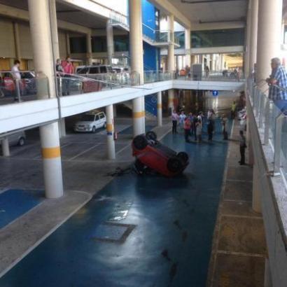 Das Auto durchbrach die Absperrung auf dem Parkdeck im Son-Espases-Krankenhaus in Palma de Mallorca und fiel ins untere Stockwer