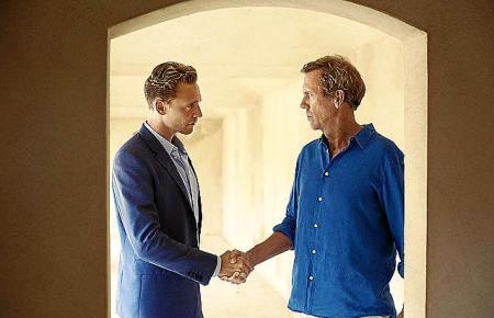 Jonathan Pine (Tom Hiddleston, l.) hat es geschafft: Waffenhändler Richard Roper (Hugh Laurie) vertraut ihm.