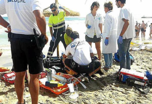 Rettungskräfte versuchen die Frau wiederzubeleben