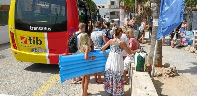 Vor allem zwischen 10.30 und 12.30 Uhr wird der neue Shuttlebus zu Mallorcas Traumstrand Es Trenc gut genutzt.