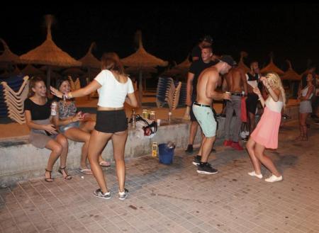 Lautstarker Alkoholkonsum im öffentlichen Raum an der Playa de Palma auf Mallorca – laut der Anwohnervereinigung El Arenal hat s