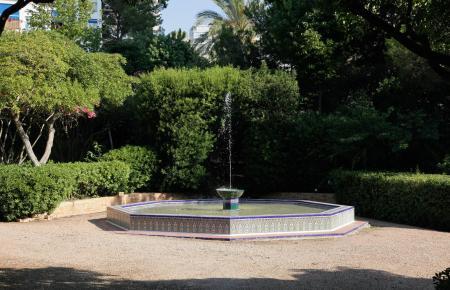 Der Springbrunnen wurde vom Architekten Gaspar Bennàzar entworfen und errichtet.