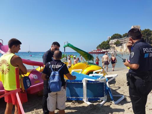 Die Polizei vernimmt am Strand einen Zeugen des Unglücks