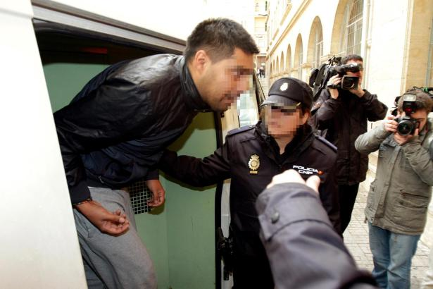 """Clanchef """"El Ove"""", hier bei seiner Verhaftung 2013, ist von einer Haftpause nicht wiedergekehrt. Ermittler vermuten ihn in Südam"""