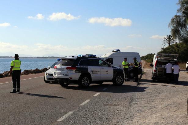 Die Guardia Civil sperrte die Landstraße nach dem Unfall ab