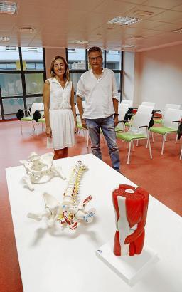 Dekanin Margalida Gili und Anatom Antoni Aguiló.