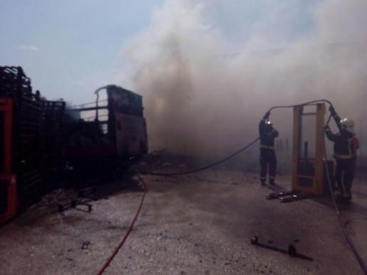 Das Feuer vernichtete unter anderem zahlreiche Paletten und einen Lastwagen.