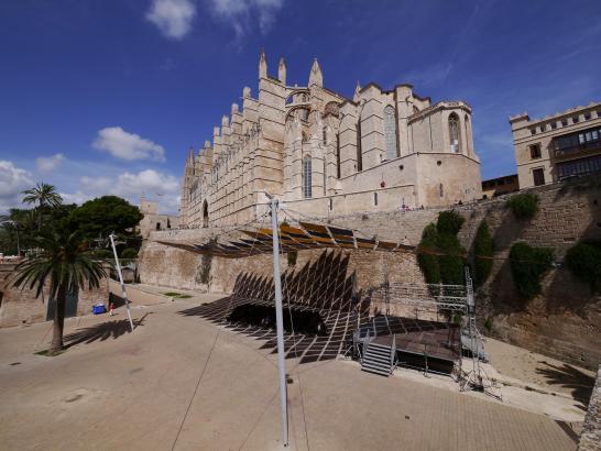 Der Mann ist von der Stadtmauer in der Nähe der Kathedrale gestürzt