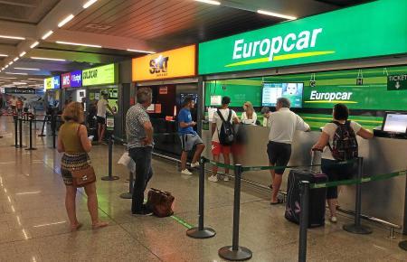 Jung und Alt zahlen bei den Autovermietern wie hier am Flughafen von Palma oft nicht den gleichen Preis