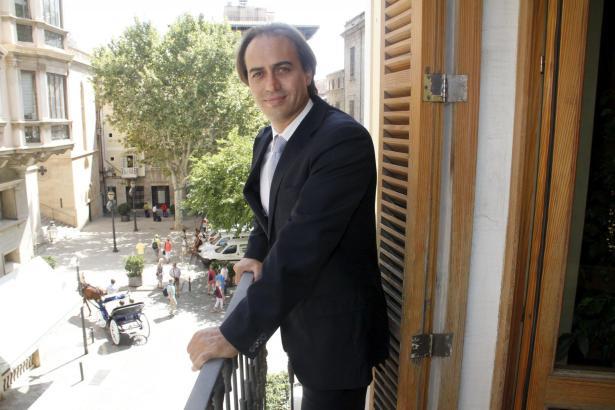 Palmas ehemaliger Tourismusdezernent, Stadtrat Álvaro Gijón, im Jahre 2012 auf dem Seitenbalkon des Rathauses.LCALDE DE TURISMO