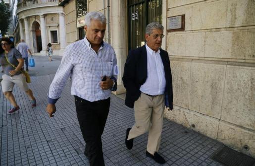 Altbürgermeister Jaume Isern (links) und sein Anwalt Eduardo Valdivia vor dem Gericht in Palma