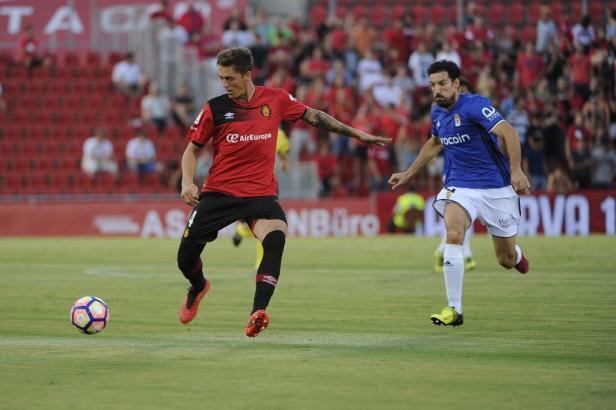Antonio Raíllo (Real Mallorca) dominiert den Oviedo-Spieler