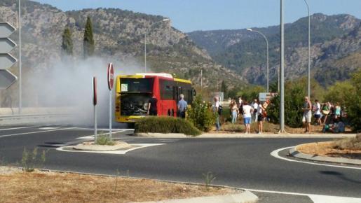 Dichter Qualm steigt aus dem Motorraum des Überlandbusses auf. Die Fahrt endete vorzeitig an der Landstraße nach Valldemossa.