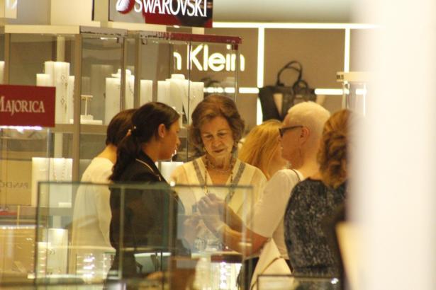 Altkönigin Sofía im Gespräch mit zwei Verkäuferinnen