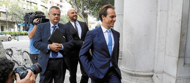 Álvaro Gijón (r.) betritt das Gerichtsgebäude. Nach dem Verhör zeigte er sich zufrieden mit der Tatsache, dass der Untersuchungs