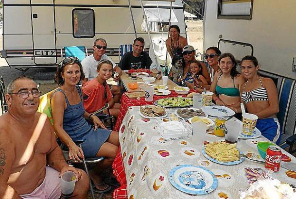 Diese Familien aus Palma machen es sich auf dem Parkplatz an der Cala Agulla gemütlich
