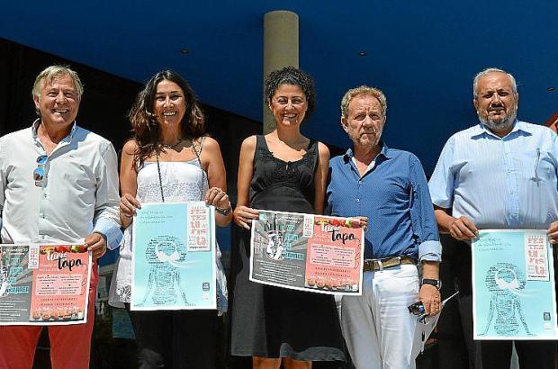 Mitarbeiter der Rathäuser von Sant Llorenç und Son Servera machen Werbung für das Touristenfest.