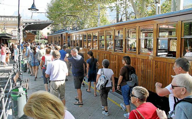 Einst ein Frachtzug vor allem für Agrarprodukte wie Orangen, wandelte sich die Sóller-Bahn, in Betrieb seit 1912, zu einer touri