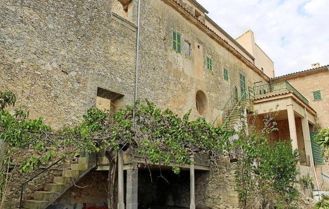 Der historische Gebäudekomplex, der an die Ortskirche grenzt, soll vor dem Verfall gerettet werden.