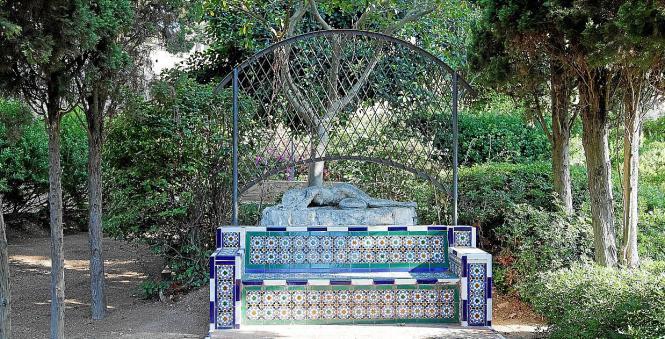 Eine besondere Bank zum Ausruhen: Die schöne Verzierung aus dekorierten Fliesen ist sehr typisch für mallorquinische Konstruktio