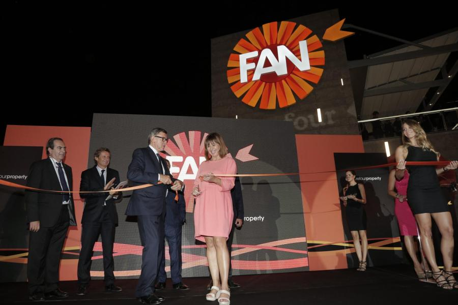 Die balearische Ministerpräsidentin Francina Armengol zerschneidet das Eröffnungsband.