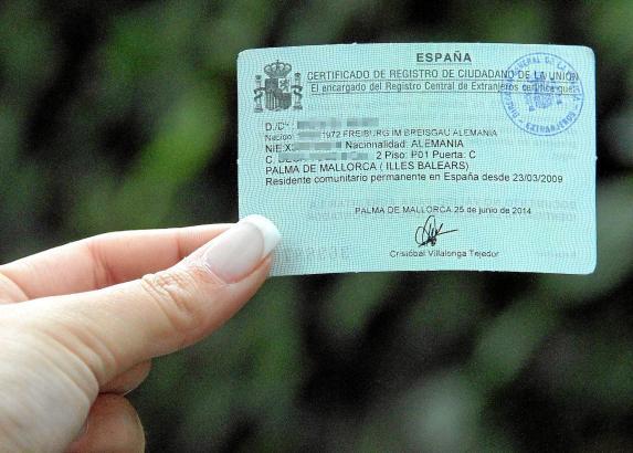 Die grüne Residentenkarte reicht als Identitätsausweis allein bei Polizeikontrollen nicht aus
