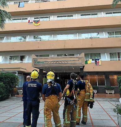 Feuerwehrmänner mussten den Toten von einem Vordach bergen.