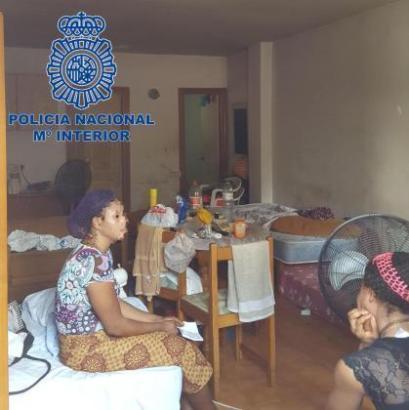 Die Frauen mussten in einer engen Unterkunft auf Matratzen hausen.