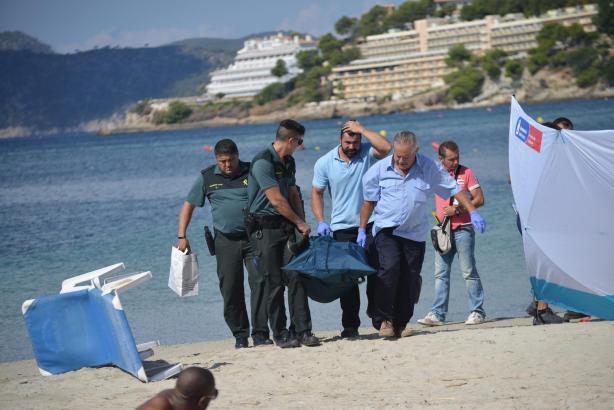Polizisten und Bestatter transportieren den Leichnam der Irin ab.