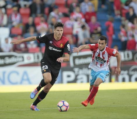 Yuste von Real Mallorca im Ballbesitz gegen Anxo Carro.