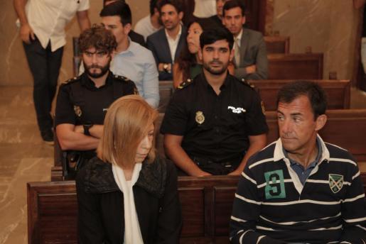 Die ehemalige Präsidentin des Inselrates, Maria Antònia Munar (l.), am Montag im Prozess.