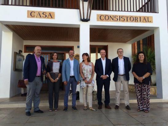 Francina Armengol (Mitte) traf sich am Montag mit Politikern der verschiedenen Inselräte.