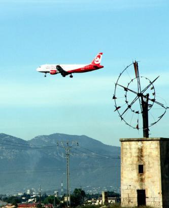 Air Berlin, hier über Mallorca, befindet sich derzeit in einer Umstrukturierung.
