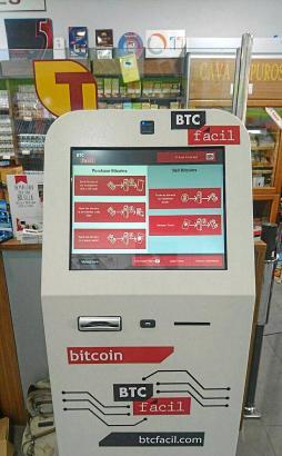 Hier kann man Bargeld in Bitcoins wechseln: Der Geldautomat speziell für die Online-Währung, der jetzt in Alcúdia steht, im Taba
