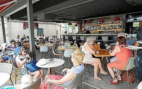 Das Restaurant liegt direkt gegenüber vom Strand in Portitxol.