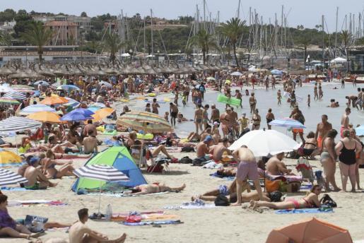Prognosen sagen für 2030 ein noch dichteres Menschentreiben an den Stränden von Mallorca voraus.
