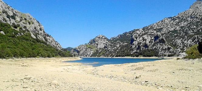 Voll sieht anders aus: Noch immer ist der Stausee Gorg Blau auf Mallorca erschreckend leer.