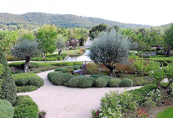 Für das Anwesen des Hotels Castell Son Claret setzte sie auf ein romantisches Gartendesign, das gut zum historischen Gebäude pas