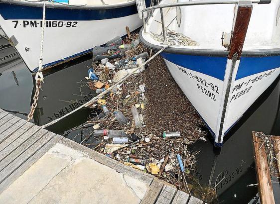 Kein so schönes Bild: Der Schmutz aus den Torrents schwimmt zwischen den Booten.
