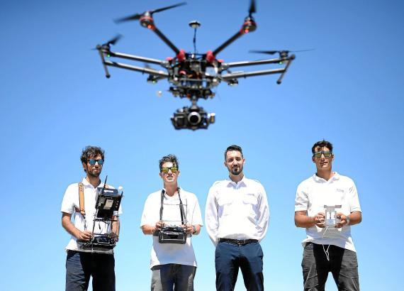 Flugtrainer Aitor Parejo (2.v.r.) und seine Kollegen lassen eine Kameradrohne fliegen.