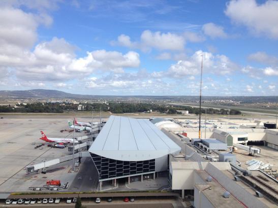 Das sehen die Fluglotsen: Blick vom Kontrollturm auf den Flughafen von Palma de Mallorca.